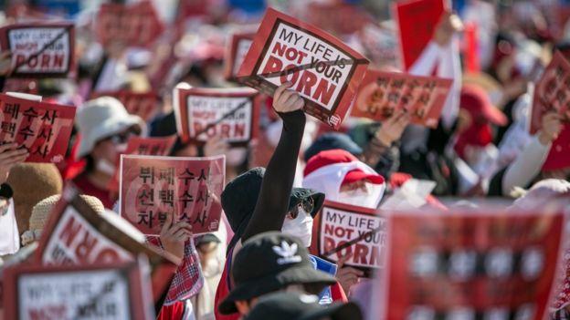 """Protesto de mulheres coreanas contra gravação de vídeos de forma secreta. """"My life is not your porn"""" ('Minha vida não é um filme pornô'), diz placa."""