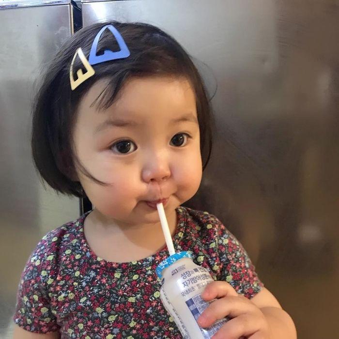 bebê coreana bebendo yacult