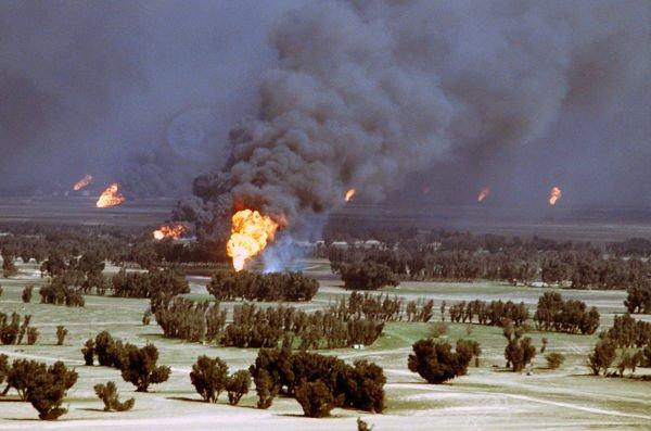 Durante sua fuga, o exército iraquiano incendiou mais de 700 poços de petróleo no Kuwait.